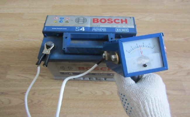 тест аккумулятора при помощи нагрузочной вилки